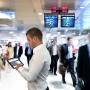 Man ipad vliegveld vaag zakelijk
